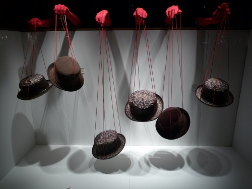 hermes-2011_fils rouges_chapeaux