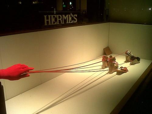 hermes vitrine fils rouges chaussures