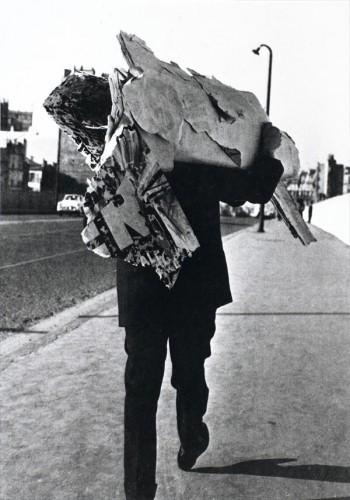 Jacques Villeglé récoltant des affiches dans la rue