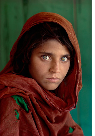 """Steve McCurry, portrait de """"Sharbat Gula"""", aussi appelée la """"femme afghane"""" ou """"l'afghane aux yeux verts"""", 1984"""